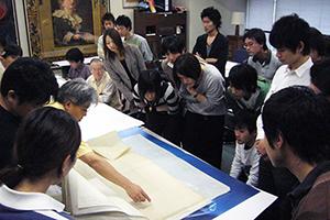 村野藤吾の図面資料の整理に 取り組む学生の様子