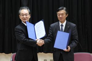 握手を交わす古山学長と在田正秀京都市教育長