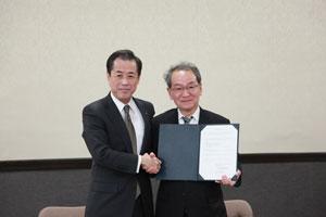 協定書を交わした鈴木京都経済同友会代表幹事(左)と古山学長(右)