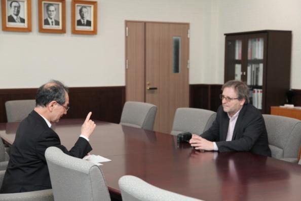 取材を受ける古山学長(左)