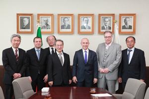 中央左:古山学長、中央右:スタラーチェ大使