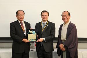 左からマルコ・ポーロ イタリア科学賞を受賞した森肇理事とマルコ・ロンバルディ在大阪イタリア総領事、門川大作京都市長