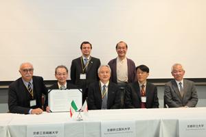 調印式後の記念撮影。後列左からマルコ・ロンバルディ在大阪イタリア総領事と門川京都市長、前列左からイタリア学長会議のパヴィア大学ファビオ・ルッジエ学長と4大学連携機構の学長