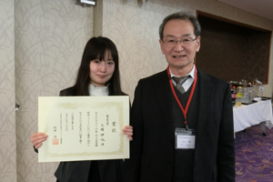 優秀賞を受賞した上岡伊吹さんと古山学長