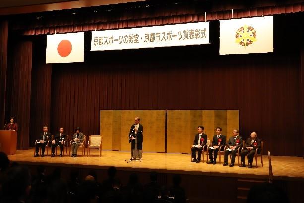 表彰式でお祝いの言葉を述べる門川京都市長