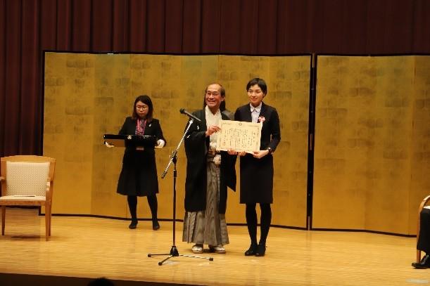 表彰状を受け取る太田さん