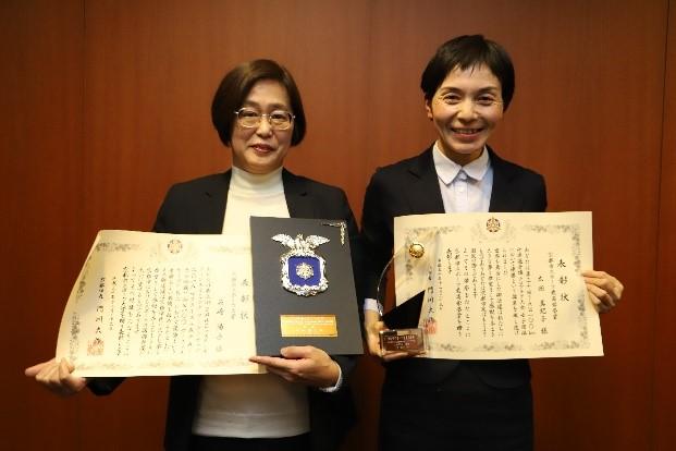 表彰状を持って笑顔の石崎さん(左)と太田さん(右)