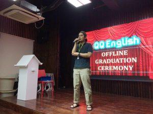 卒業式でスピーチを行っているところ
